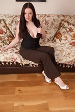 Curvy Ely Louise spreads her pale bush