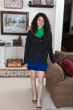 Silki Smith strips naked on her sofa